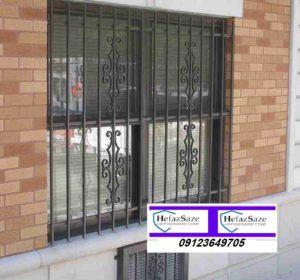 حفاظ نرده فرفورژه روی پنجره