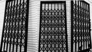 حفاظ درب ورودی ساختمان