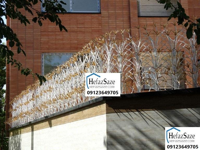حفاظ نرده آهنی روی دیوار